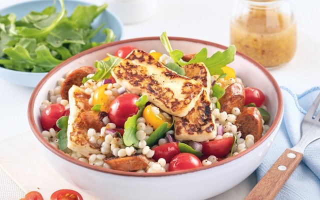 Salade tiède  de couscous,  merguez  ethalloumi